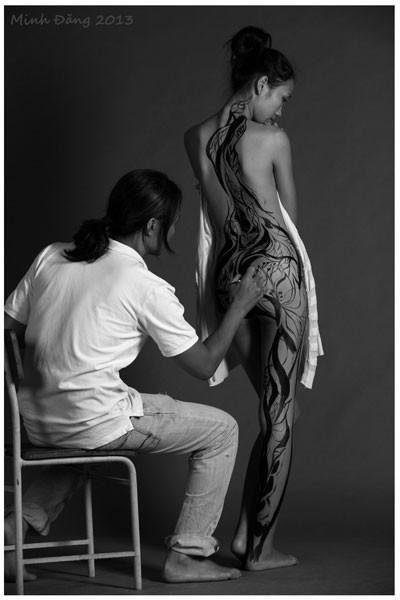 9X sẵn sàng khỏa thân để họa sĩ vẽ lên cơ thể - Ảnh 3