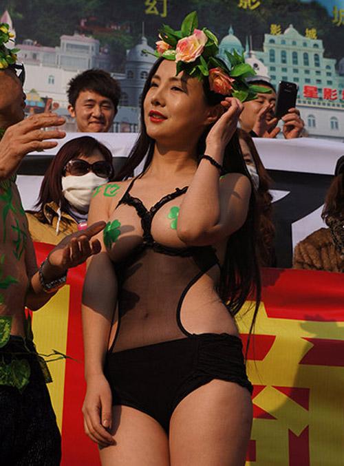 Cung Nguyệt Phi, Can Lộ Lộ khoe da thịt táo bạo nhất 2013 - Ảnh 9