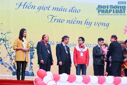 Hoa hậu biển Nguyễn Thị Loan tham gia Lễ hội Xuân Hồng - Ảnh 1
