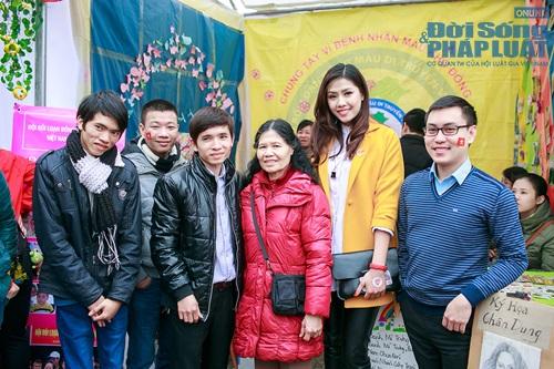 Hoa hậu biển Nguyễn Thị Loan tham gia Lễ hội Xuân Hồng - Ảnh 11