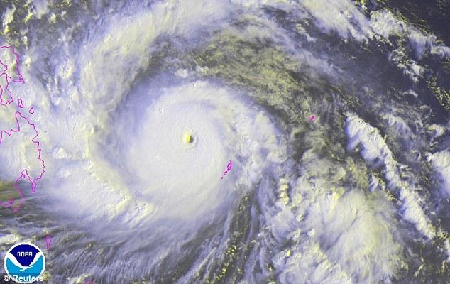 Cận cảnh siêu bão Haiyan tàn phá Philippines với sức gió 230km/h - Ảnh 1