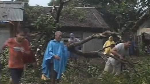 Cận cảnh siêu bão Haiyan tàn phá Philippines với sức gió 230km/h - Ảnh 3