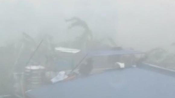 Cận cảnh siêu bão Haiyan tàn phá Philippines với sức gió 230km/h - Ảnh 7