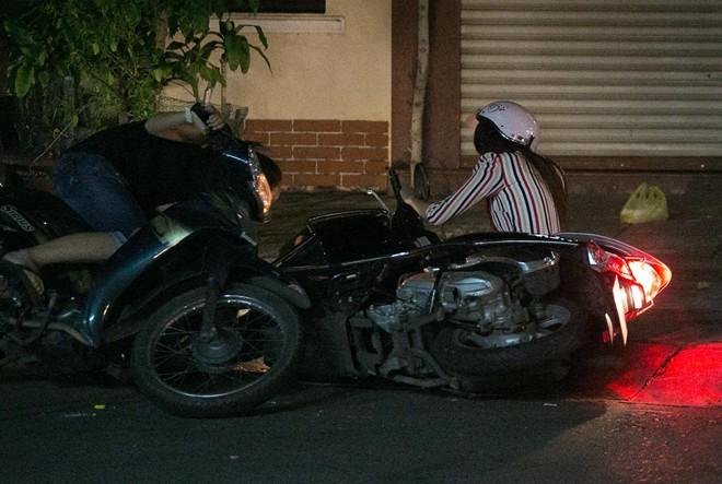 Tình cũ Bùi Anh Tuấn bị xe máy đâm trên phố Sài Gòn - Ảnh 1