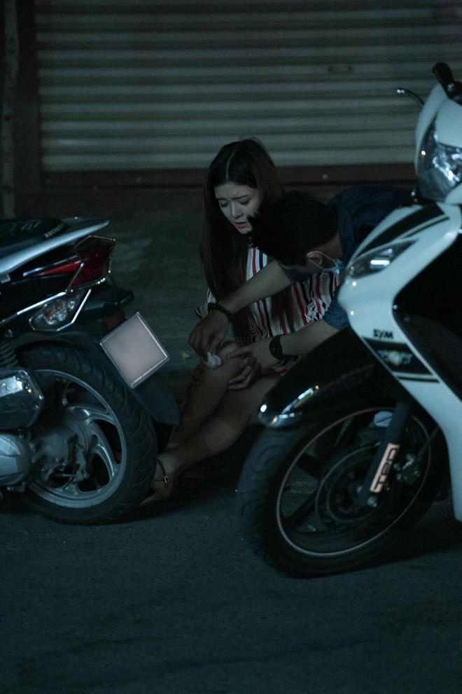 Tình cũ Bùi Anh Tuấn bị xe máy đâm trên phố Sài Gòn - Ảnh 11