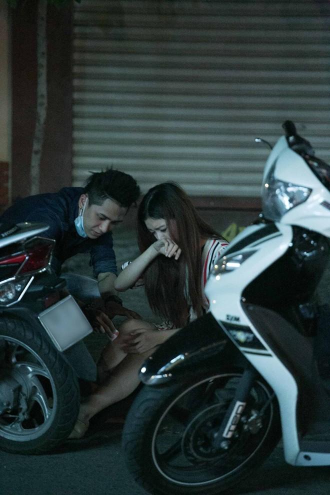 Tình cũ Bùi Anh Tuấn bị xe máy đâm trên phố Sài Gòn - Ảnh 12