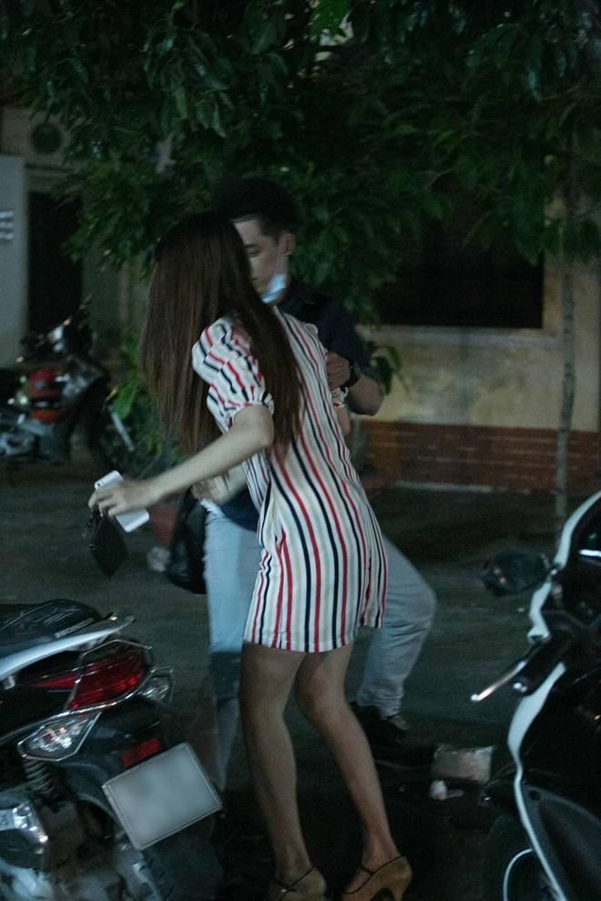 Tình cũ Bùi Anh Tuấn bị xe máy đâm trên phố Sài Gòn - Ảnh 16
