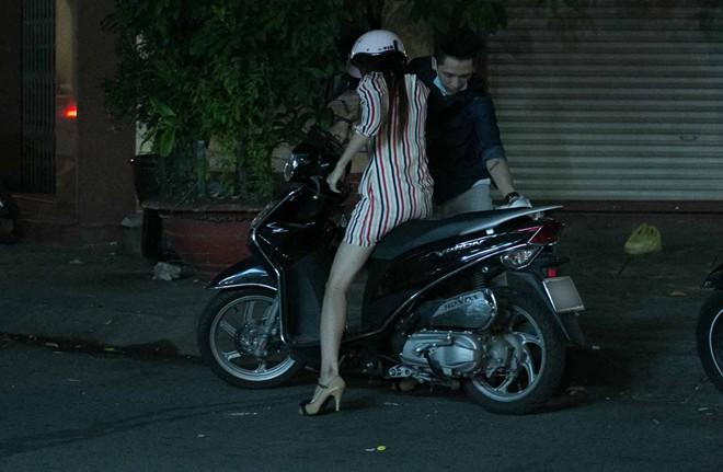 Tình cũ Bùi Anh Tuấn bị xe máy đâm trên phố Sài Gòn - Ảnh 19