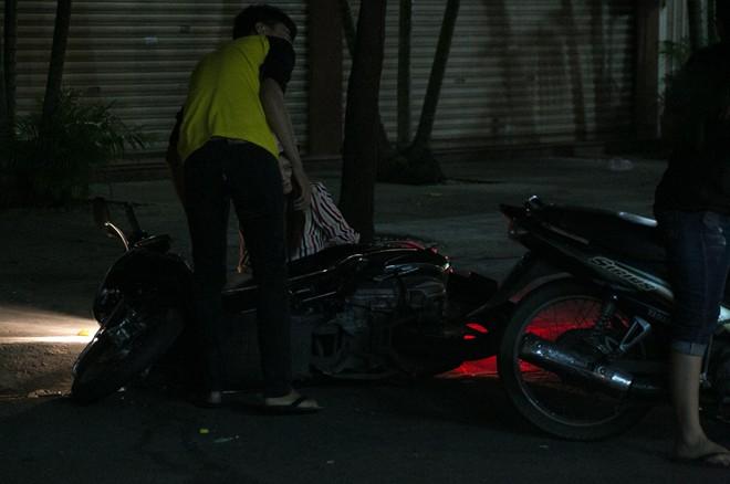 Tình cũ Bùi Anh Tuấn bị xe máy đâm trên phố Sài Gòn - Ảnh 4