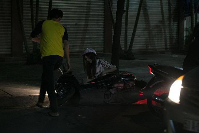 Tình cũ Bùi Anh Tuấn bị xe máy đâm trên phố Sài Gòn - Ảnh 5