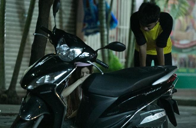 Tình cũ Bùi Anh Tuấn bị xe máy đâm trên phố Sài Gòn - Ảnh 8