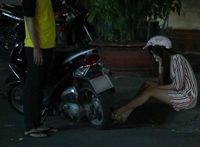 Tình cũ Bùi Anh Tuấn bị xe máy đâm trên phố Sài Gòn - Ảnh 9