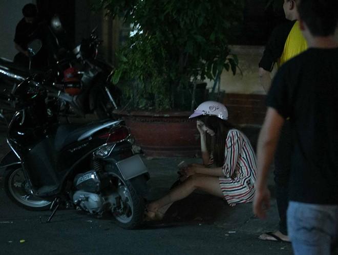 Tình cũ Bùi Anh Tuấn bị xe máy đâm trên phố Sài Gòn - Ảnh 10