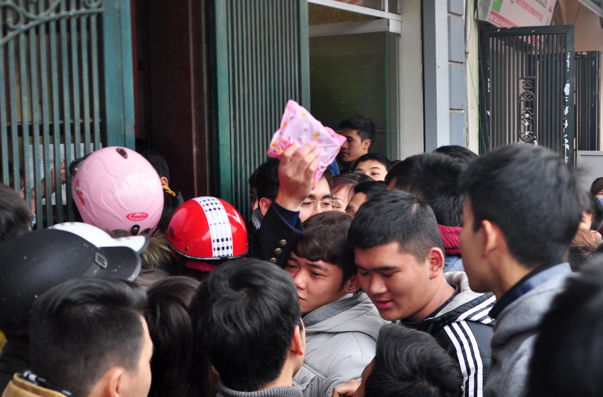 Hàng nghìn bạn trẻ xếp hàng mua socola tươi cuối ngày Valentine - Ảnh 2