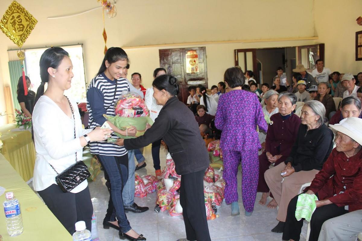 Trương Thị May vượt 400km tặng xe đạp cho trẻ em nghèo Đắk Lắk - Ảnh 2