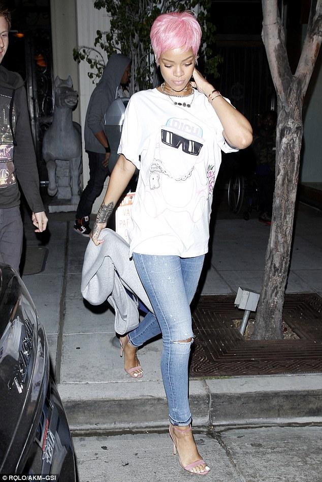 Rihanna sành điệu trên phố với tông hồng - Ảnh 4