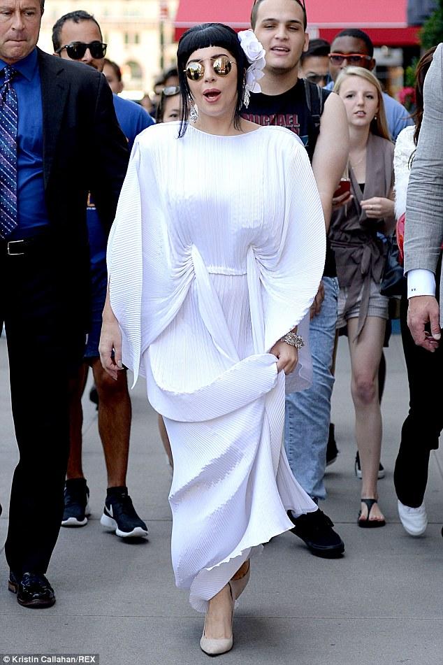 Lady Gaga không còn kỳ dị dạo phố - Ảnh 5
