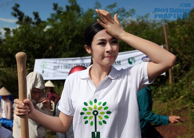 Ngọc Hân trồng cây giữa trời nắng tại Điện Biên Phủ - Ảnh 10