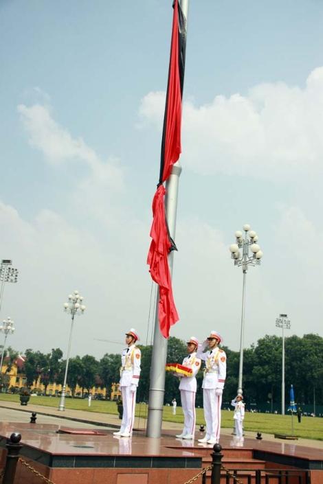 Hình ảnh xúc động trong Lễ treo cờ rủ Quốc tang - Ảnh 9