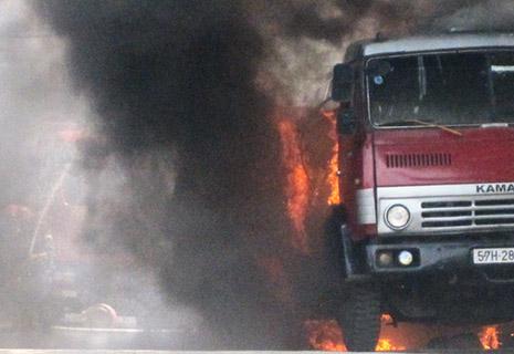 Xe bồn chở xăng bốc cháy dữ dội khi đang chạy - Ảnh 1