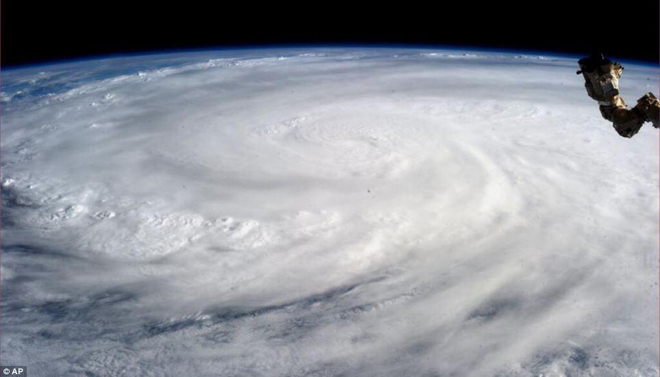 Hình ảnh đáng sợ của siêu bão mạnh nhất lịch sử nhìn từ vũ trụ - Ảnh 2