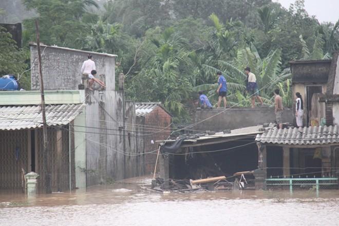 Hàng loạt thủy điện xả lũ, người dân lên nóc nhà tránh lụt - Ảnh 1