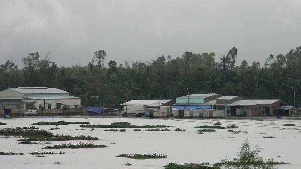 Hàng loạt thủy điện xả lũ, người dân lên nóc nhà tránh lụt - Ảnh 2