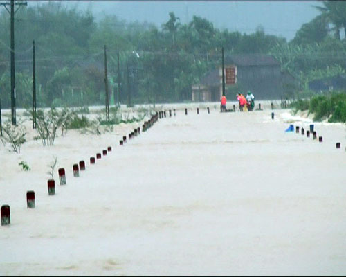 Hàng loạt thủy điện xả lũ, người dân lên nóc nhà tránh lụt - Ảnh 3