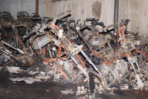 Hỏa hoạn trong đêm, 20 xe máy bị thiêu rụi - Ảnh 1