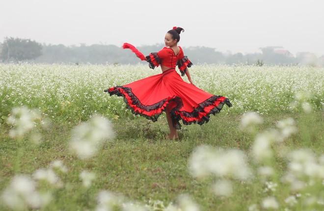 Cô giáo 9X nhảy flamengo giữa cánh đồng hoa cả trắng - Ảnh 2
