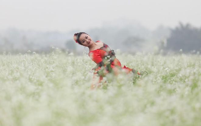 Cô giáo 9X nhảy flamengo giữa cánh đồng hoa cả trắng - Ảnh 3