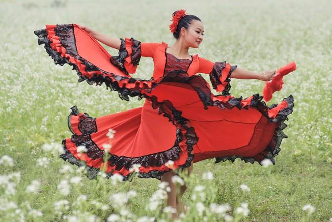 Cô giáo 9X nhảy flamengo giữa cánh đồng hoa cả trắng - Ảnh 5