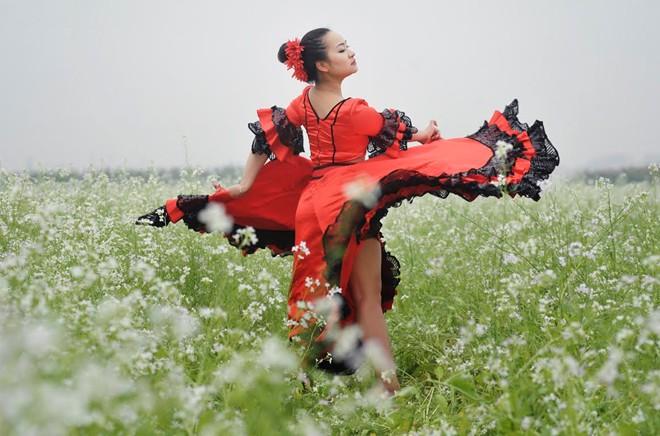 Cô giáo 9X nhảy flamengo giữa cánh đồng hoa cả trắng - Ảnh 6