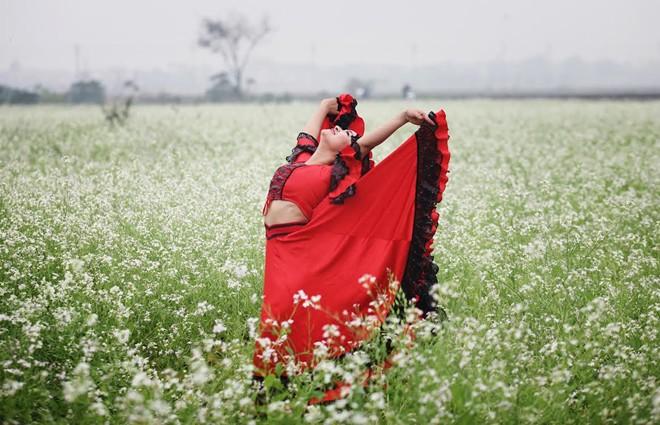 Cô giáo 9X nhảy flamengo giữa cánh đồng hoa cả trắng - Ảnh 7