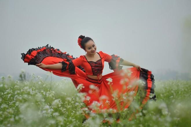 Cô giáo 9X nhảy flamengo giữa cánh đồng hoa cả trắng - Ảnh 1