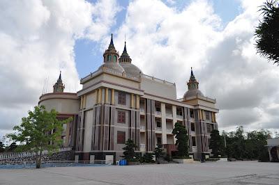 Dinh thự của đại gia Trầm Bê: Tòa nhà xấu xí nhất Việt Nam? - Ảnh 8