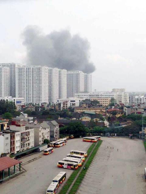 Cháy lớn tại nhà máy Diana gần trung tâm Times City - Ảnh 1