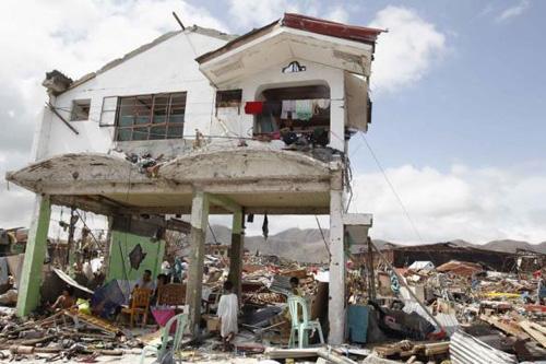 Bão Haiyan: Người Việt ở địa ngục Tacloban mong đồ ăn từng giây - Ảnh 1