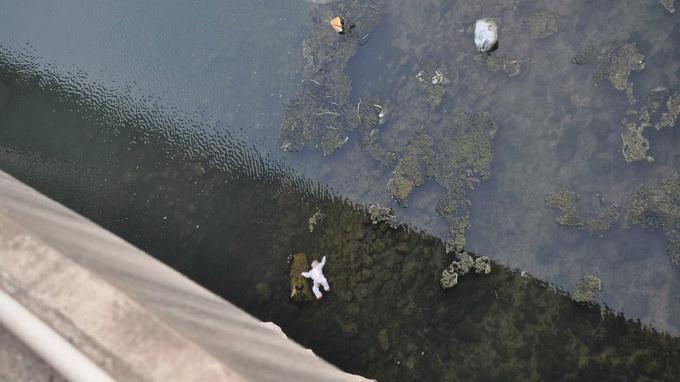 Cha mẹ cãi nhau, ném con chưa đầy 1 tuôi xuống sông - Ảnh 1