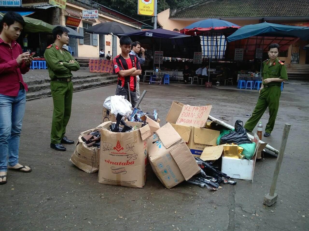 Tiêu hủy hàng nghìn khẩu súng tại lễ hội chùa Hương - Ảnh 1
