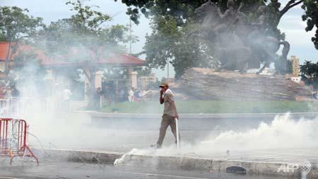 Cảnh sát Campuchia dùng hơi cay giải tán đám đông biểu tình - Ảnh 1