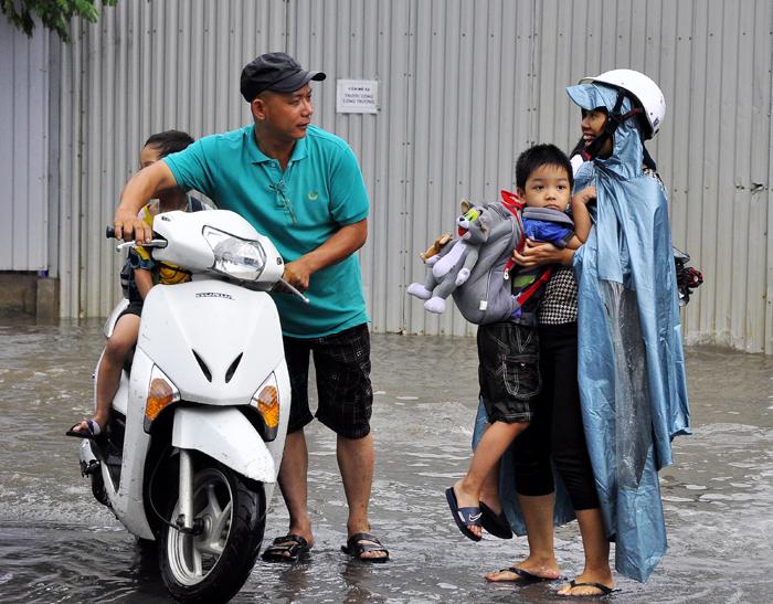 Tránh bão Haiyan: Chồng nghỉ việc trông con cho vợ đi làm - Ảnh 1