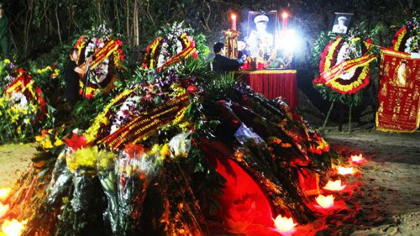 Đêm yên nghỉ đầu tiên của Đại tướng rực sáng hoa đăng - Ảnh 3