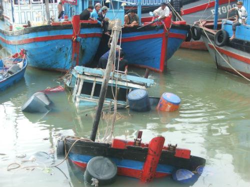 Phú Yên: 3 tàu cá chìm cùng lúc chưa rõ nguyên nhân - Ảnh 1