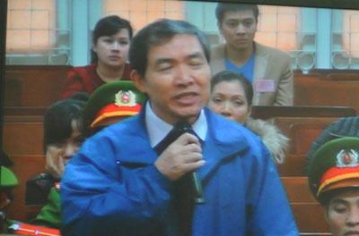 Dương Chí Dũng đọc thơ, chúc sinh nhật vợ tại tòa - Ảnh 1