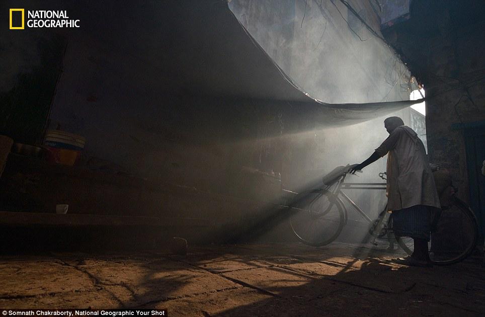 Cảnh ngư dân Việt Nam đánh cá trên tạp chí National Geographic - Ảnh 6