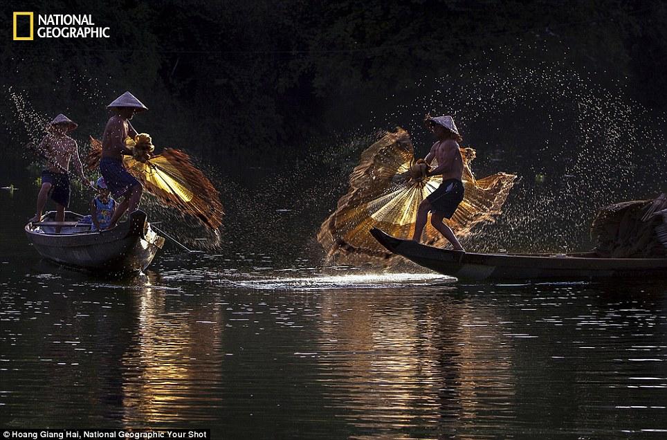 Cảnh ngư dân Việt Nam đánh cá trên tạp chí National Geographic - Ảnh 1