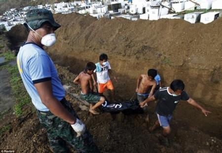 Philippines: Cận cảnh những hố chôn tập thể nạn nhân bão Haiyan - Ảnh 1