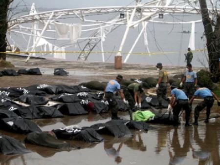 Philippines: Cận cảnh những hố chôn tập thể nạn nhân bão Haiyan - Ảnh 4