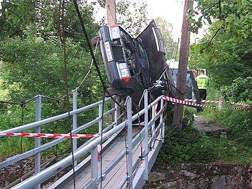 Những tai nạn hy hữu  bất ngờ trên đường - Ảnh 8